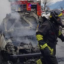 Oliveto, l'auto prende fuoco in corsa  Paura per il conducente