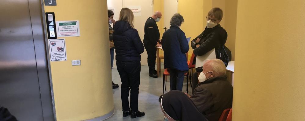 Vaccinazioni degli anziani a Merate  «Si svolgono in condizioni disastrose»