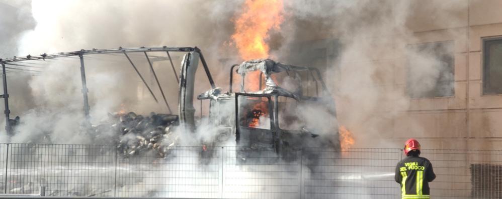Allarme a Calolziocorte  Camion distrutto dalle fiamme