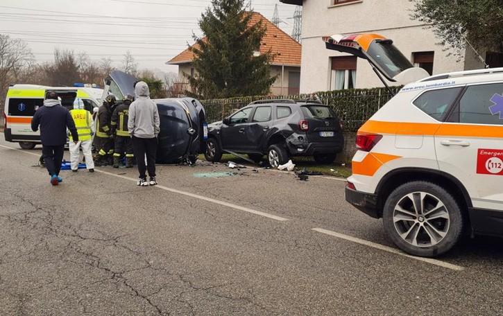 Va fuori strada, urta un'auto e si ribalta Illesa dopo l'incidente a Cassago
