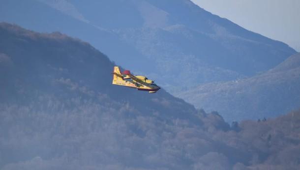 Esino, l'incendio non dà tregua  Interviene anche un Canadair