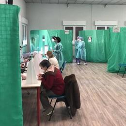 """Già chiuso il centro vaccinale di Olgiate  «Seicento anziani ci hanno detto """"no""""»"""