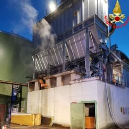 Lomagna, fuoco nella ditta  dove si lavora il legno