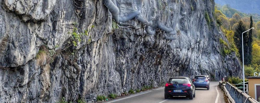 Mandello, posizionata la rete paramassi   Inizia il taglio della roccia sulla curva