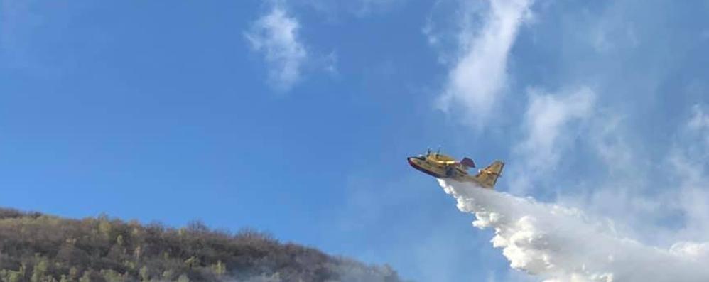 Sorico, vento a 93 all'ora e incendi  Arriva il Canadair in Alto Lago