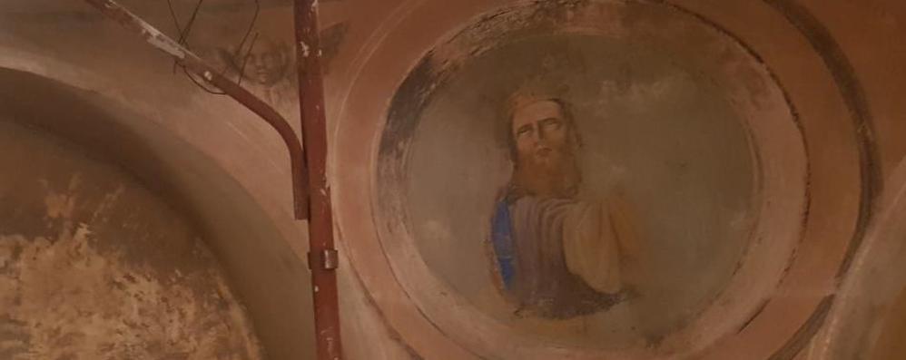 Casargo, scrostano vecchi affreschi   sotto trovano un tesoro