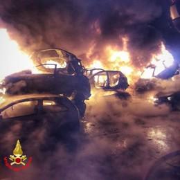 Fiamme nelle notte a Paderno  Bruciate numerose auto