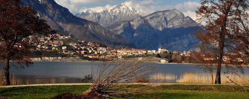 Il lago di Annone non e più maglia nera  L'Ats: «Acque pulite, via libera ai bagni»