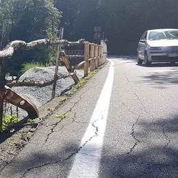 Parapetto da rifare, provinciale chiusa  Dal lago alla Valsassina è una via crucis