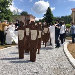 Viganò: «Mai più la Shoah»  Il monumento svelato dai ragazzi