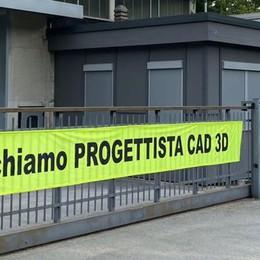Lo striscione sul cancello aziendale  «Cerchiamo progettista esperto»