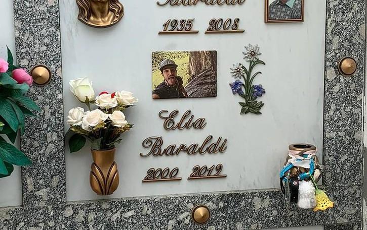Erba, tomba danneggiata e ricordi rubati  «Ridatemi i messaggi lasciati a Elia»