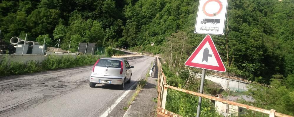 Il ponte sul Varrone perde i pezzi  Vietato il passaggio dei mezzi pesanti