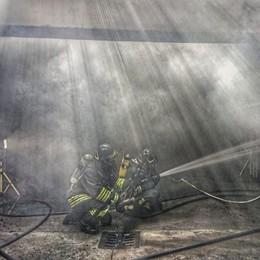 Incendio dentro un garage  Evacuate tre palazzine a Sirtori