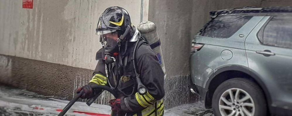 Mandello, incendio nel magazzino della Cemb. Paura per i dipendenti, subito evacuati
