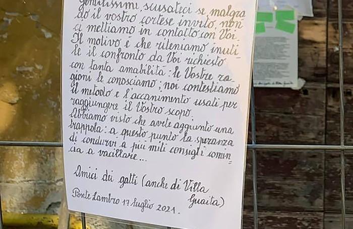 """Una delle lettere lasciate dagli """"Amici dei gatti"""""""