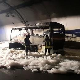 Varenna, autobus prende fuoco in galleria  Salvi venticinque ragazzi, 7 in ospedale