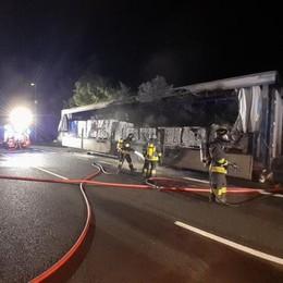 Camion di talco in fiamme  Pompieri in azione sulla 36